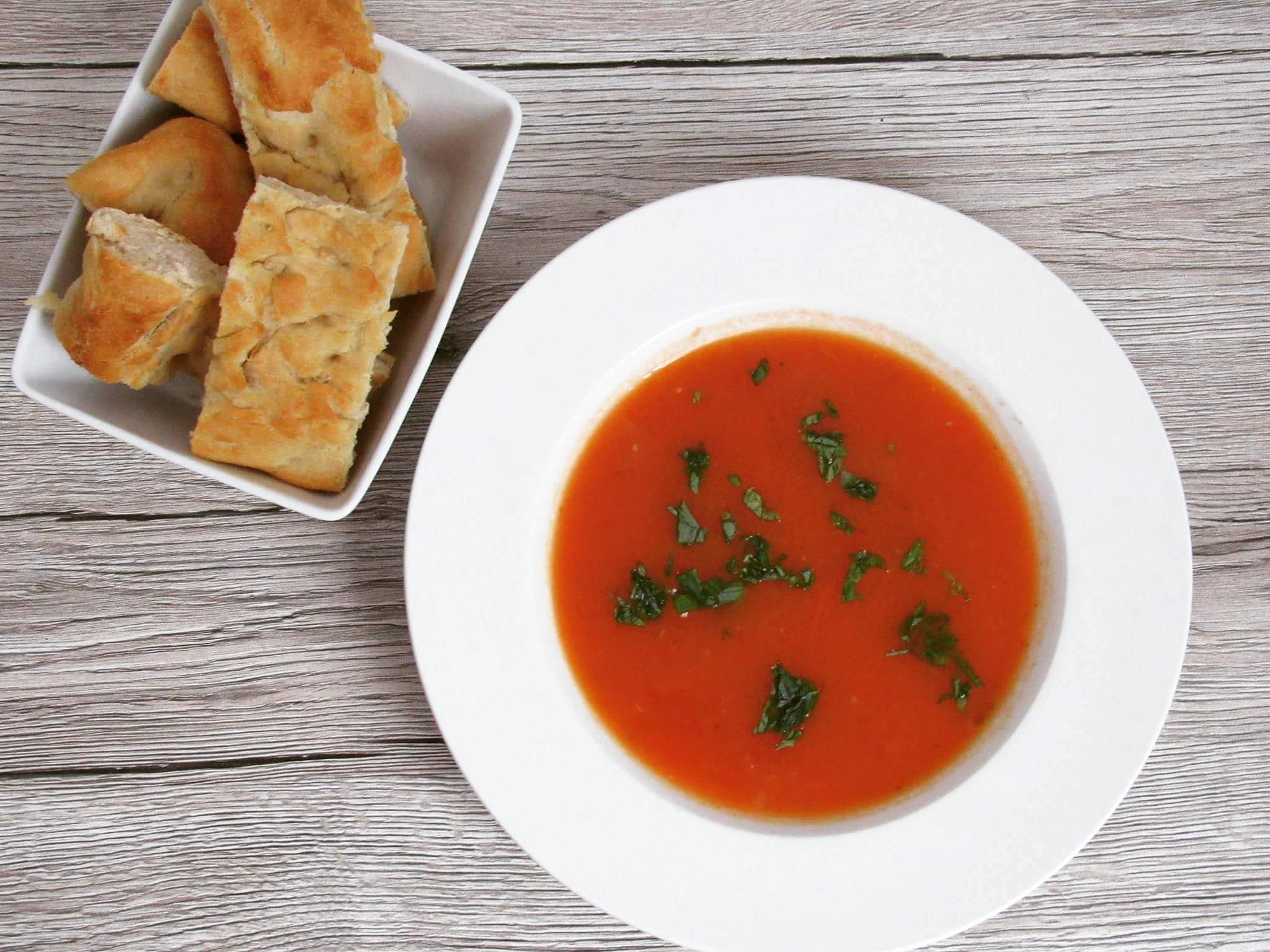 Hrubá rajčatová polévka s chlebem focaccia