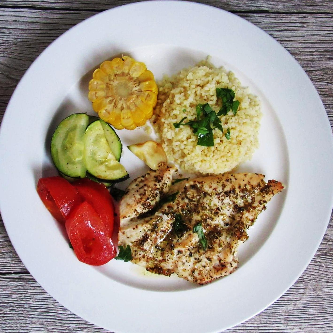 Pečená kuřecí prsa se zeleninou a bulgurem