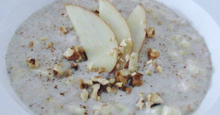 Ovesná kaše s jablky, ořechy a skořicí