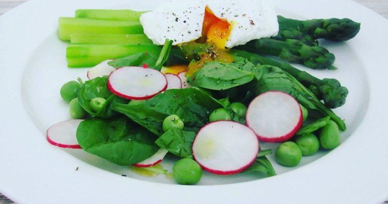 Chřest se ztraceným vejcem a salátem